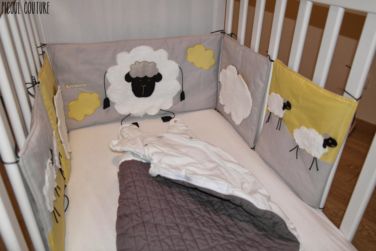 picoul couture le tour de lit sur le th me moutons et nuages. Black Bedroom Furniture Sets. Home Design Ideas