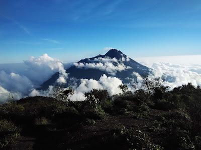 foto pemandangan gunung merapi dari gunung merbabu