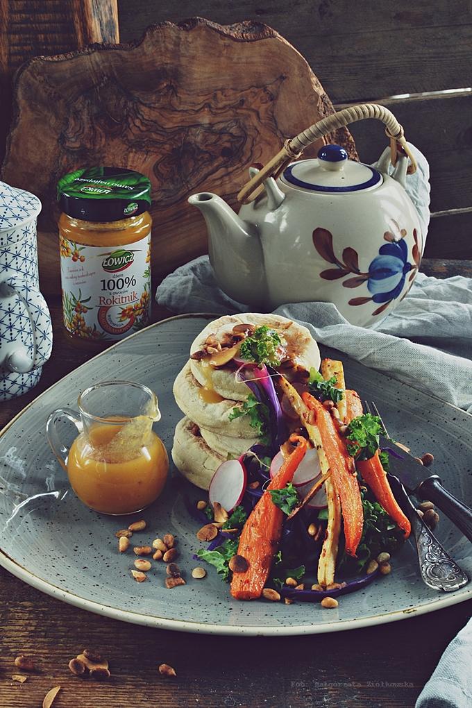 Śniadaniowe proziaki z glazurowanymi warzywami, sałatą z jarmużu i dressingiem rokitnikowym.