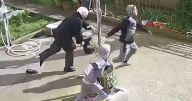 Απίστευτο βίντεο από κάμερα ασφαλείας με την ληστεία ηλικιωμένης από ανήλικους (βίντεο)