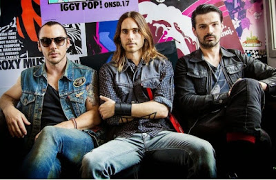 Foto de 30 Seconds To Mars con ropa jean