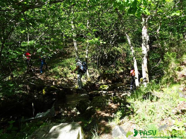 Ruta al Mustallar: Cruzando arroyo para iniciar el Reventón