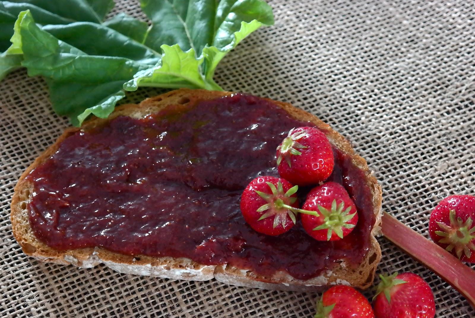 Dżem truskawkowy z dodatkiem rabarbaru