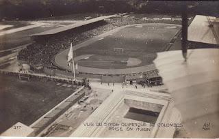 Lo stadio di Colombes a Parigi fotografato dall'aereo. Nel leggendario stadio parigino, si giocarono nel 1937 la finale tra Bologna e Chelsea, e nel 1938 la finale del campionato del mondo, vinto dall'Italia contro l'Ungheria di György Sárosi.