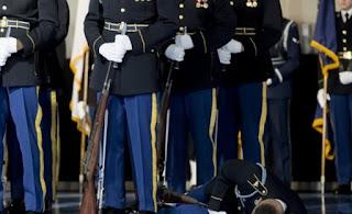 Στρατιώτης της Φρουράς των Τιμών σωριάστηκε στο πάτωμα μπροστά στον Ομπάμα
