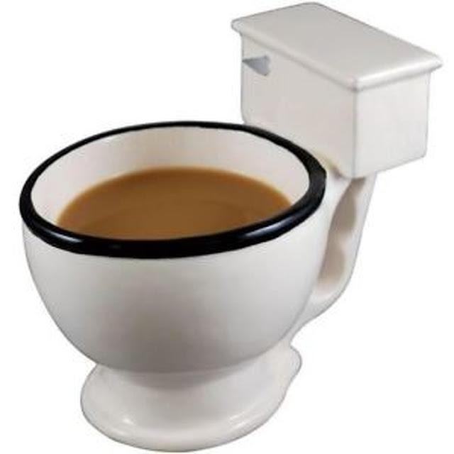 Eu não usaria essa caneca em formato de vaso sanitário