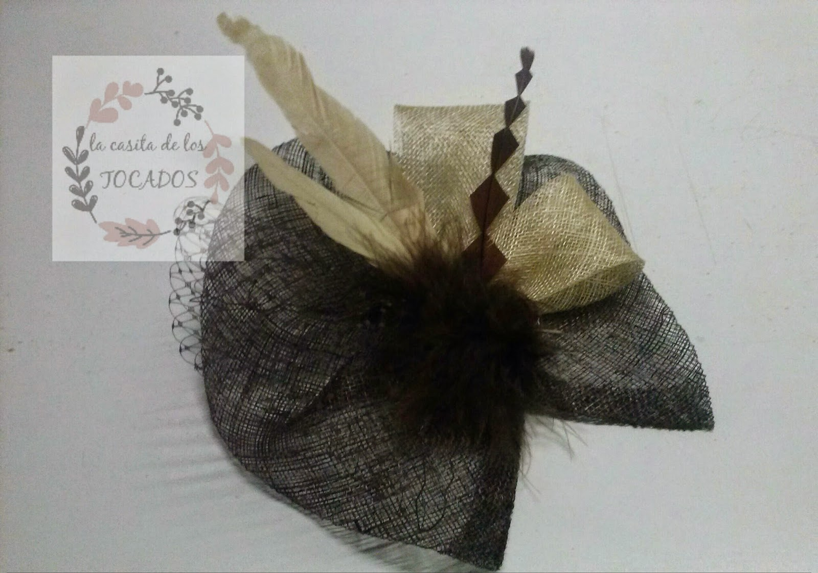 tocado artesanal en colores marrón chocolate y beige con velo, plumas, marabú y sinamay