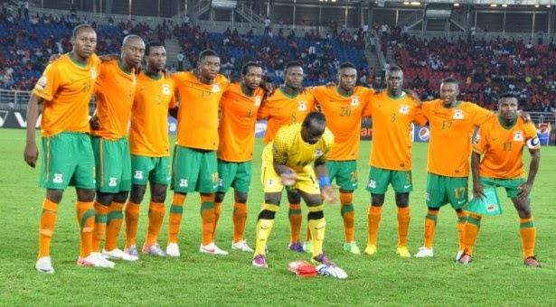 Zambia antes del partido contra Níger en lo que al parecer es su pose  tradicional. En serio (!!!). acbe81773d611