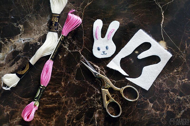 aliciasivert alicia sivert sivertsson broderi embroidery brosch brooch emoji bunny face rabbit kanin kaninemoji kaninansikte påsk easter påskpynt påskpyssel diy do it yourself gör det själv skapa skapande kreativitet outfit påskoutfit klädsel smycke accessoar handgjord handgjort handarbete