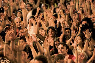 Aplauso característico de las personas sordas durante la Acampada Sol en Madrid