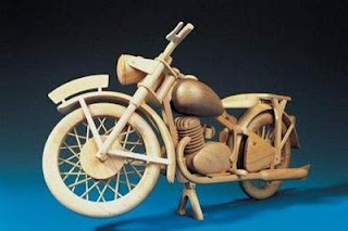 motocicleta miniatura fabricado en madera reciclada