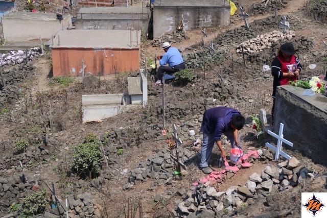 Lima, Cementerio de Nueva Esperanza. Si dipingono le tombe