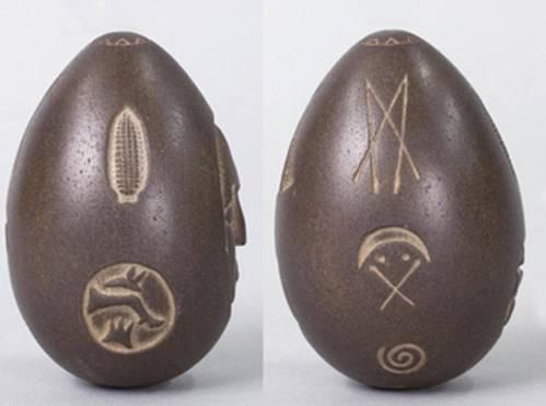 Detalle de los grabados de dos de las caras de la piedra.