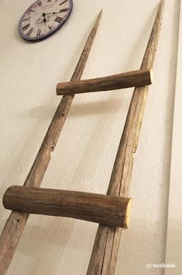 Heinäseiväs, tikkaat, valkoinen nojatuoli
