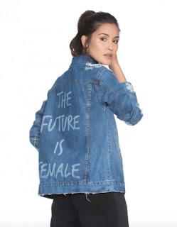 https://amaro.com/p/jaqueta-jeans-feminina-frase/azul-medio