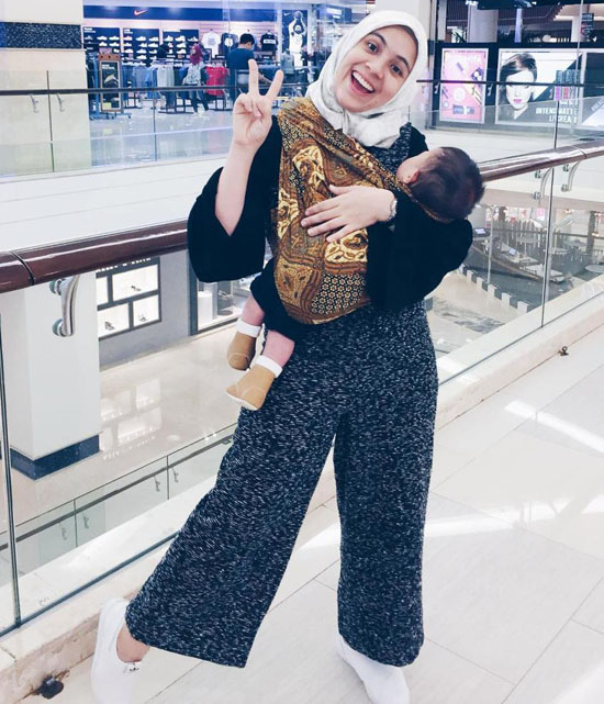Foto Nycta Gina Gendong Anak Pakai Jarik di Mall