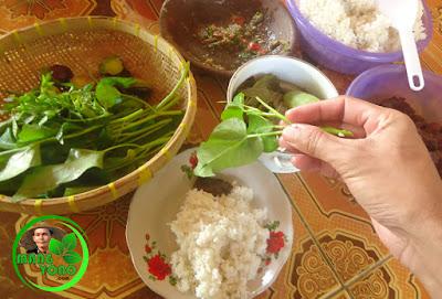 FOTO : Makan dengan lalap kangkung, jengkol, seupan daun singkong, mentimun.. ditambah sambel goang.