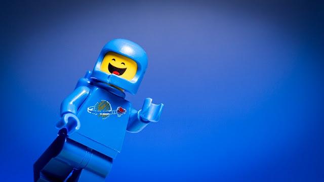 ilustrasi lego yang sedang tersenyum senang