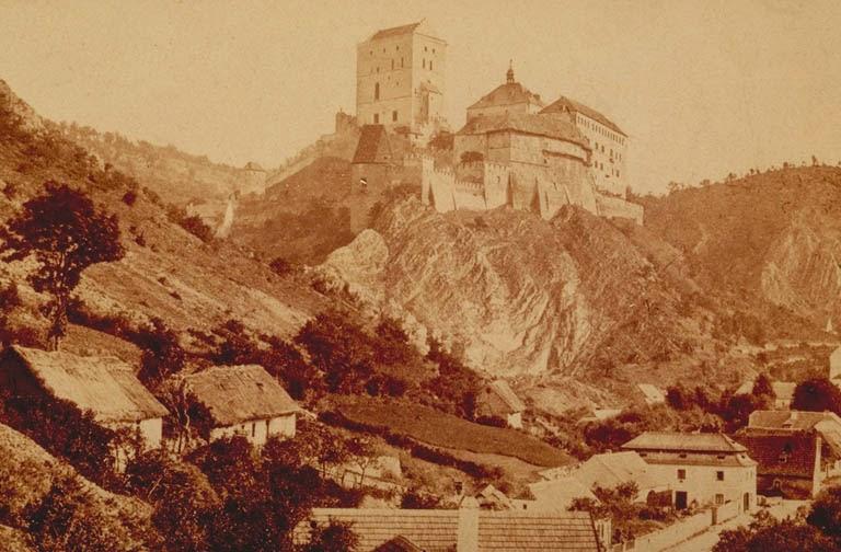 Historickou podobu hradu Karlštejn před Mockerovou přestavbou můžeme vidět  na fotografii Františka Fridricha (rok 1870). 8b902e92e0