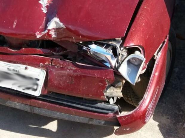 Carro que atingiu motocicleta adaptada ficou danificado após acidente (Foto: Divulgação / Arquivo pessoal)