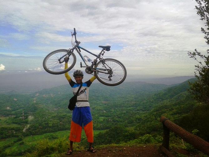 Berfoto bareng sepeda kesayanganku Polygon Monarch 1.0