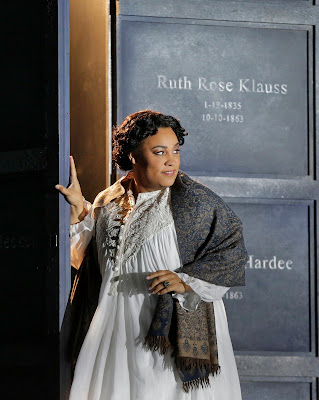 Deborah Nansteel (Gertrude) in Roméo et Juliette (c) Ken Howard for Santa Fe Opera, 2016