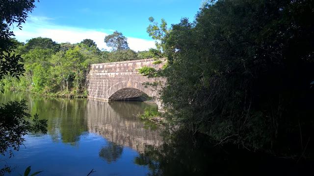 Ponte de pedra no Lago da Barragem