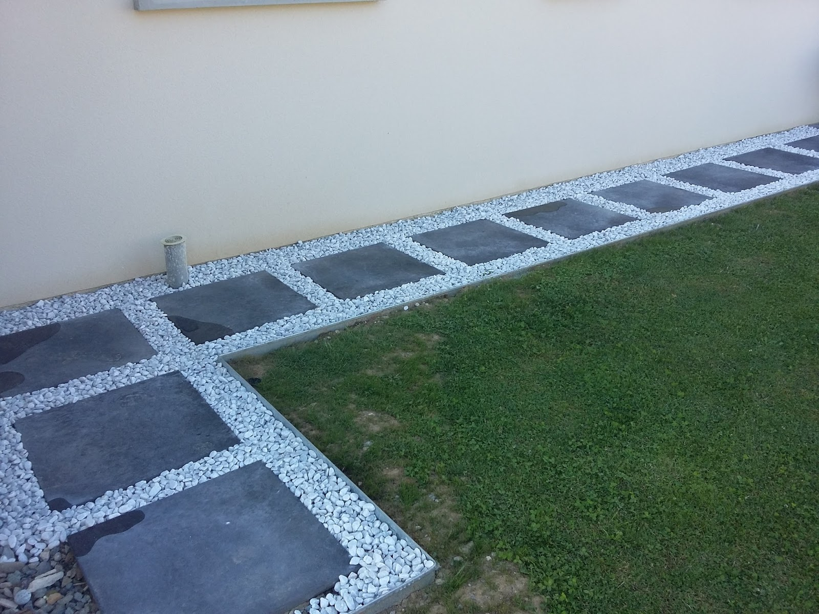 Bricolage de l 39 id e la r alisation all e dalle et for Bordure de terrasse en galet
