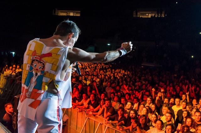 DIOS SALVE A LA REINA Se presentó ante más de 25.000 personas en el Estadio Espanyol de Barcelona