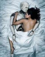 Mujer durmiendo con un robot
