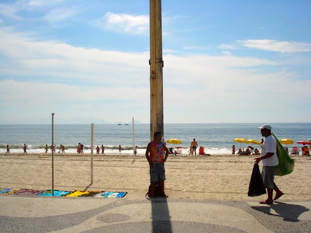 Camelô se protege do sol em Copacabana/ Foto: Marcelo Migliaccio