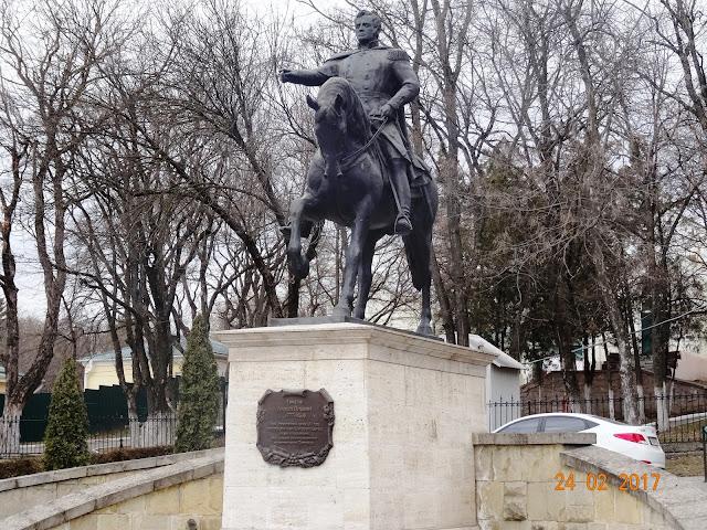 Памятник Роза из двух видов гранита Пятигорск подбор памятников Усть-Катав