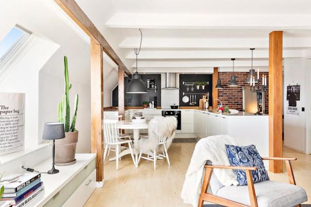 Lemn și cărămidă pentru o atmosferă călduroasă într-o mansardă de 60 m²
