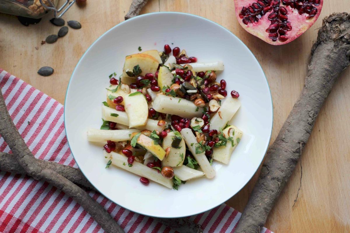 Schwarzwurzelsalat mit Apfel und Granatapfel