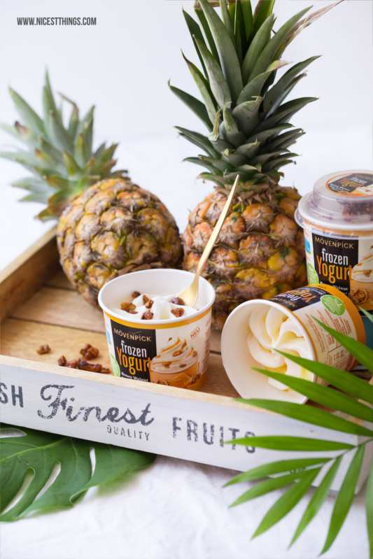 Frozen Yogurt und Obstsalat in der Ananas