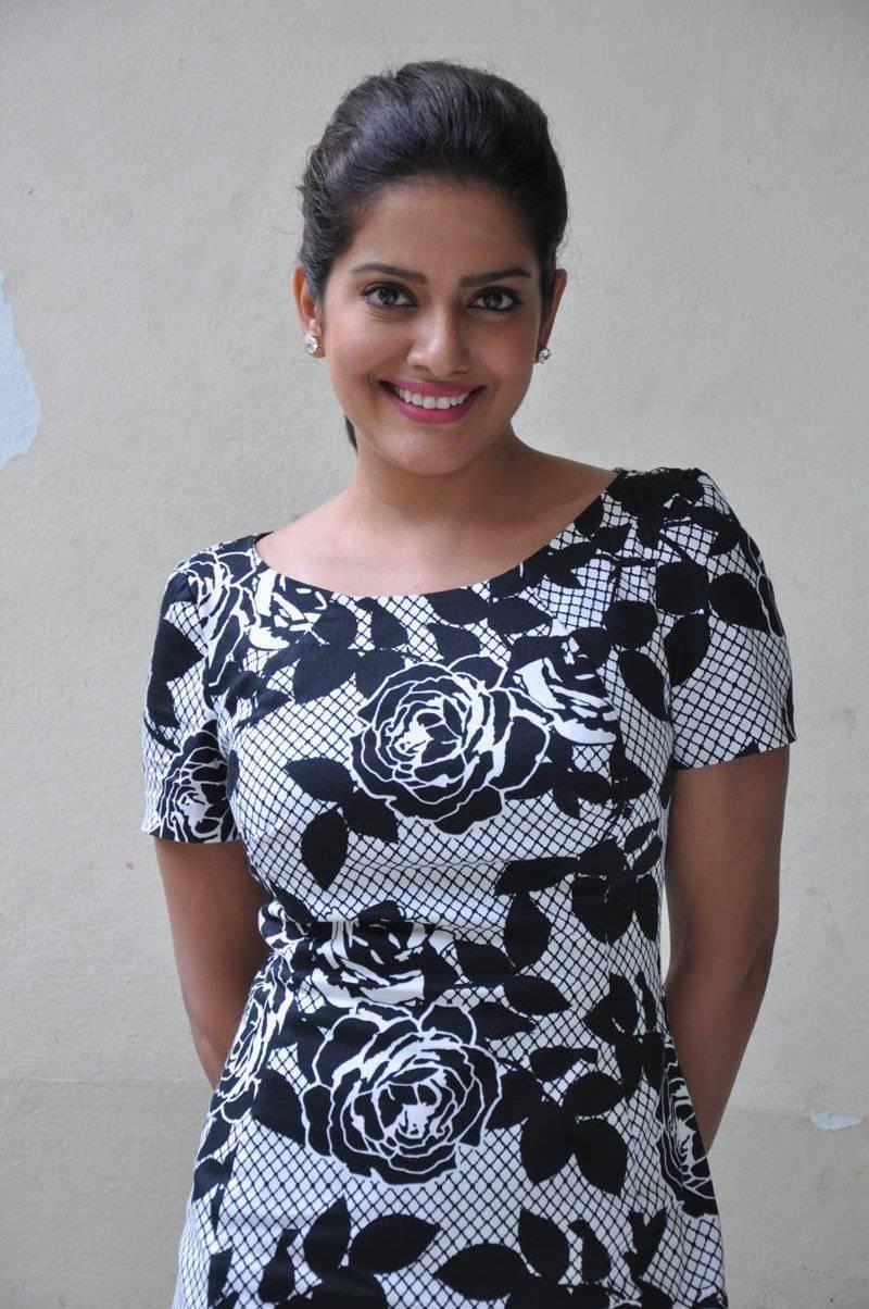 Vishakha Singh Hot Photos In Black Dress