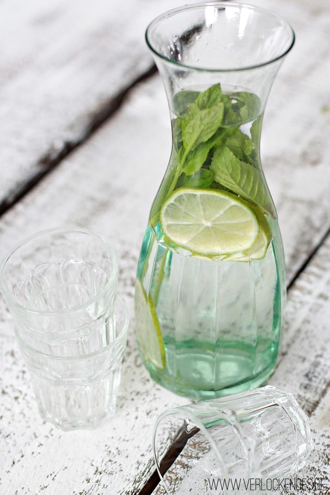Wasser mit Minze und Limette