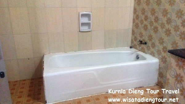 gambar kamar mandi di penginapan d'qiano dieng