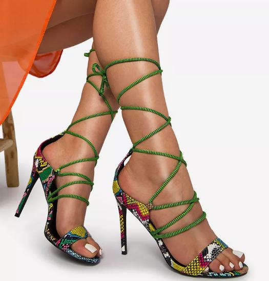 Sandale cu toc  elegante cu snur pe picior si imprimeu color