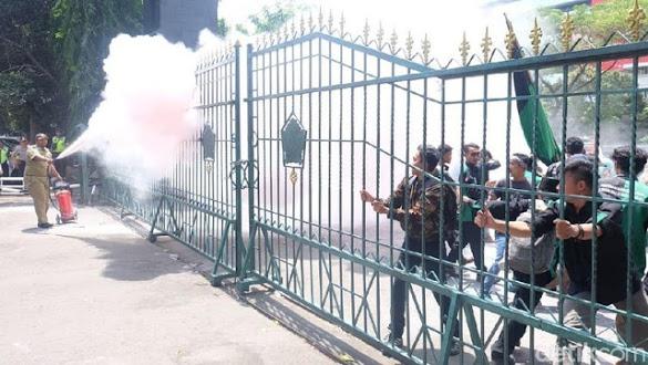 Demo Rupiah Anjlok di Jateng Rusuh, Pagar Kantor DPRD Rusak