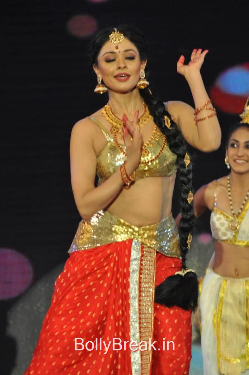 Pooja Kumar Photo Gallery with no Watermarks, Actress Pooja Kumar Hot Dancing Pics at  Uttama Villain Movie Aduio Launch