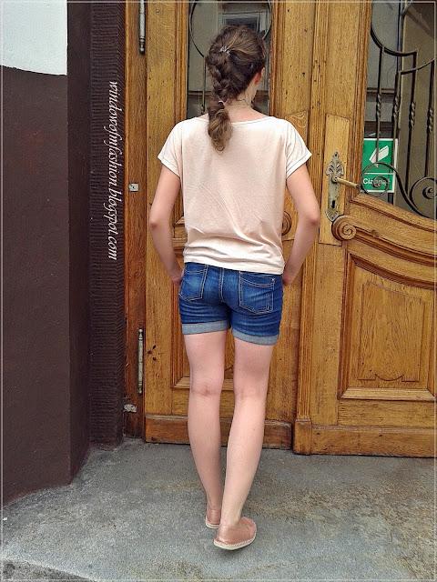 Różowa koszulka, jeansowe szorty, espadryle