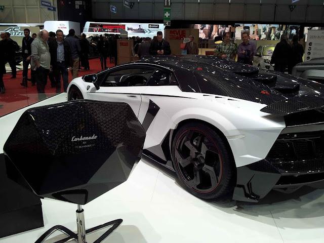 Mansory Lamborghini Carbonado mit Stuhl in schwarz-weißen Carbon