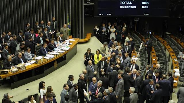 Diputados brasileños frenan las investigaciones contra Temer