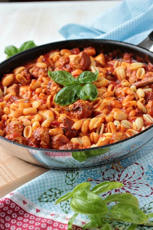 pasta mit bratwurstb llchen und tomaten mozzarella basilikum sauce sasibella. Black Bedroom Furniture Sets. Home Design Ideas