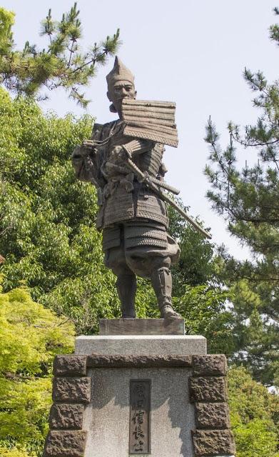 甲冑を着た戦国の風雲児・織田信長の像
