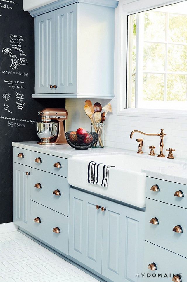 Light blue and white country kitchen with cup pull hardware. Blue and White Kitchen Decor Inspiration { 40 Home Decor Ideas to PIN}