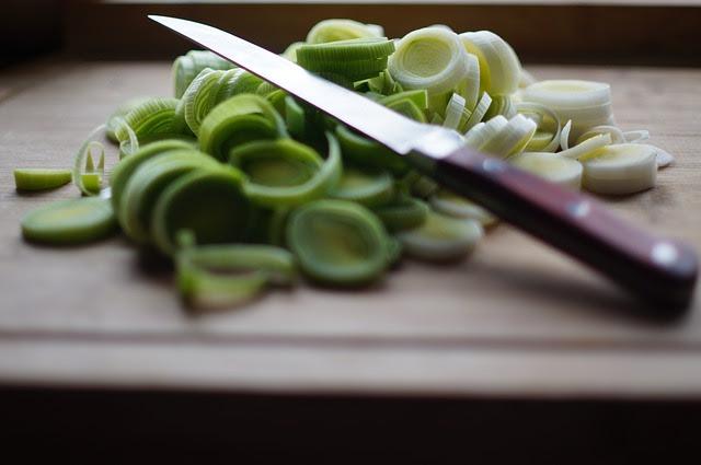Puerros cortados y preparados para añadir a un delicioso plato
