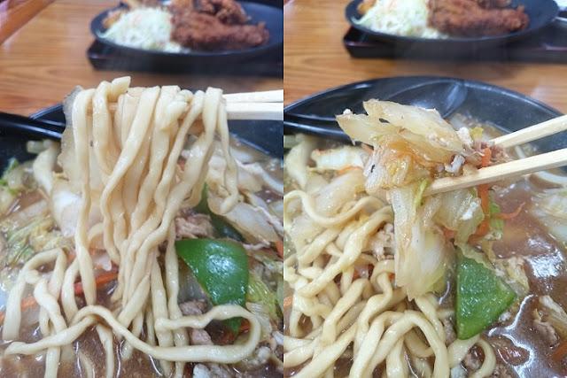 そばの麺と野菜の写真