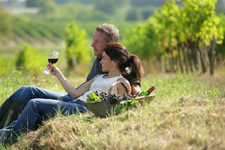 Flitterwochen Deutschland, Paar mit Wein im Weinberg